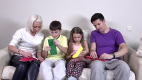 Les enfants de groupe font l'avion d'origami banque de vidéos