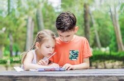 Les enfants de Hapy apprennent en parc Le frère et la soeur font ensemble le j Image libre de droits