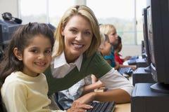 Les enfants de jardin d'enfants apprennent comment utiliser des ordinateurs Photos libres de droits