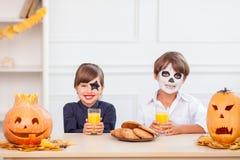 Les enfants de mêmes parents assez amicaux célèbrent l'Écrou-fente Photo libre de droits