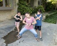 Les enfants de mêmes parents d'Amerasian frappent une pose image libre de droits