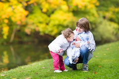 Les enfants de mêmes parents d'arbre sur une promenade en bel automne se garent photos stock