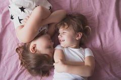 Les enfants de mêmes parents de soeurs de filles jouent, étreignent, des soeurs de relations, Photographie stock