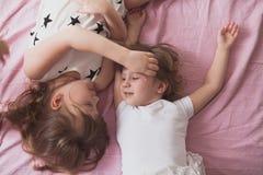 Les enfants de mêmes parents de soeurs de filles jouent, étreignent, des soeurs de relations, Photos stock
