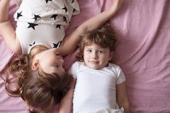 Les enfants de mêmes parents de soeurs de filles jouent, étreignent, des soeurs de relations, Images stock
