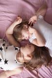 Les enfants de mêmes parents de soeurs de filles jouent, étreignent, des soeurs de relations, Photo libre de droits
