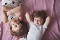 Les enfants de mêmes parents de soeurs de filles jouent, étreignent, des soeurs de relations, Photographie stock libre de droits
