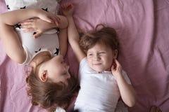 Les enfants de mêmes parents de soeurs de filles jouent, étreignent, des soeurs de relations, Image libre de droits
