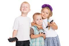 Les enfants de mêmes parents gais jouent les uns avec les autres Image libre de droits
