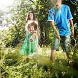Les enfants de mêmes parents jouant le bonheur d'amusement badine le concept Photos stock
