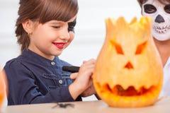 Les enfants de mêmes parents mignons font l'amusement avant Écrou-fente image stock