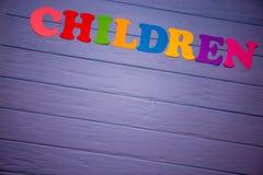 Les enfants de mot avec l'alphabet de papier coloré Photos stock