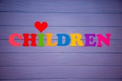 Les enfants de mot avec l'alphabet de papier coloré Photographie stock libre de droits
