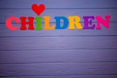 Les enfants de mot avec l'alphabet de papier coloré Images libres de droits