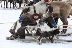 Les enfants des indigènes de la péninsule de Yamal s'asseyent dessus Photo stock