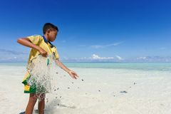 Les enfants des poupées de mer étaient loquet par poissons Photo stock