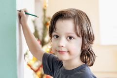 Les enfants dessinent dans la maison, garçon étudiant le dessin à l'école Photos libres de droits