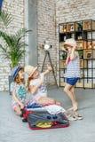 Les enfants drôles choisissent des vêtements sur le voyage Concept, mode de vie photographie stock libre de droits