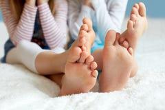 Les enfants drôles paye est aux pieds nus, plan rapproché Photos libres de droits