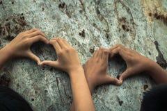 Les enfants embrassent l'arbre comme symbole de l'amour pour la forêt Photographie stock