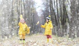 Les enfants en bas âge sur une promenade pendant l'automne se garent Premier gel et le premier image stock