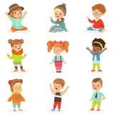 Les enfants en bas âge se sont habillés dans les vêtements mignons de mode d'enfants, l'ensemble d'illustrations avec des enfants Images stock