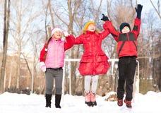 Les enfants en hiver se garent dupé dans la neige photo libre de droits