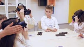 Les enfants en verres de VR étudient la technologie moderne clips vidéos