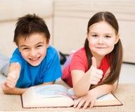 Les enfants est livre de lecture Photos stock