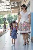 Les enfants et la mère vont à la première utilisation de jour d'école pour l'éducation, ki Image libre de droits