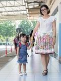 Les enfants et la mère vont à la première utilisation de jour d'école pour l'éducation, ki Photo libre de droits