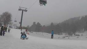 Les enfants et les parents ont l'amusement avec sledding, timelapse clips vidéos