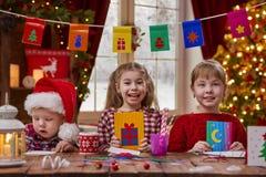 Les enfants font des cartes Images stock