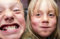 Les enfants, frère et soeur, posent des visages Photo libre de droits