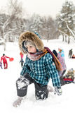 Les enfants glissant sur la neige glisse en hiver russe Photos stock
