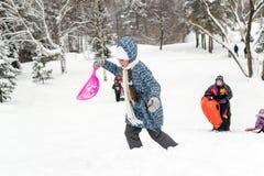 Les enfants glissant sur la neige glisse en hiver russe Image stock