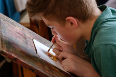 Les enfants âgés 6-9 ans s'occupent de l'atelier gratuit de dessin pendant la journée 'portes ouvertes' à l'école d'aquarelles Image stock