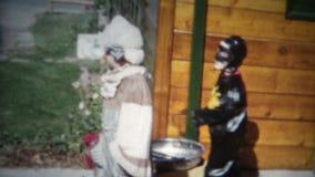 les enfants Halloween enthousiaste (de film de 8mm) costume 1956 clips vidéos