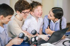 Les enfants heureux apprennent la programmation utilisant des ordinateurs portables sur les classes hors programme photos libres de droits