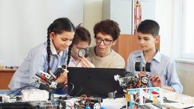 Les enfants heureux apprennent la programmation utilisant des ordinateurs portables sur les classes hors programme clips vidéos