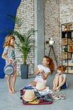 Les enfants heureux choisissent des vêtements pour le voyage Concept, mode de vie, ch image libre de droits