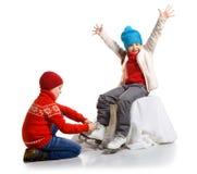 Les enfants heureux dans le patin patinent, d'isolement sur le blanc Image stock