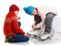 Les enfants heureux dans le patin patinent, d'isolement sur le blanc Image libre de droits