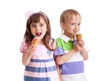 Les enfants heureux jumelle la fille et le garçon avec la crême glacée Photographie stock libre de droits