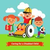 Les enfants heureux marchent avec l'enfant sur le fauteuil roulant Image libre de droits