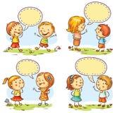 Les enfants heureux parlant et montrant les différentes émotions, ensemble de quatre scènes avec la parole bouillonne Image stock