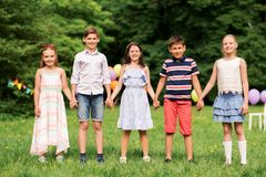 Les enfants heureux sur la fête d'anniversaire à l'été se garent Images libres de droits