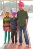 Les enfants indiens de pauvres familles regardent quelque part Images libres de droits