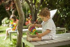 Les enfants jouant avec la construction joue dans le jardin Photographie stock libre de droits