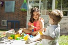 Les enfants jouant avec la construction joue dans le jardin Images libres de droits